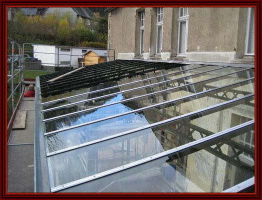 die ersten neuen VSG-Dachscheiben sind verlegt