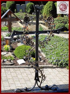 Geschmiedetes Grabkreuz mit einer geschmiedeten  Rosenranke aus Schmiedebronze