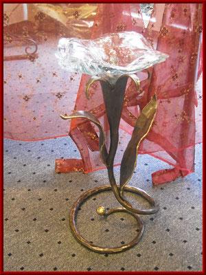 geschmiedeter Bronzehalter für eine gegossene Glasschale