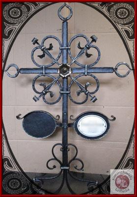 geschmiedetes Grabkreuz mit Bronzerosette und Emailletafel