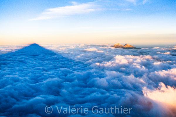 Vue du sommet du Cotopaxi (5 897 m) au lever du soleil