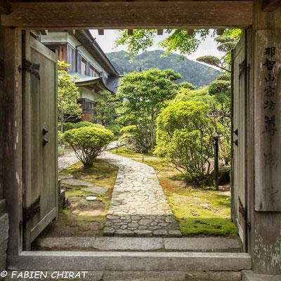 JAPON - porte sur un jardin japonais