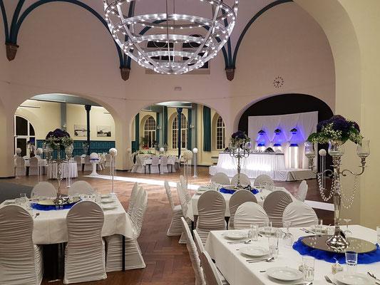 Gästetische blaue Hortensien