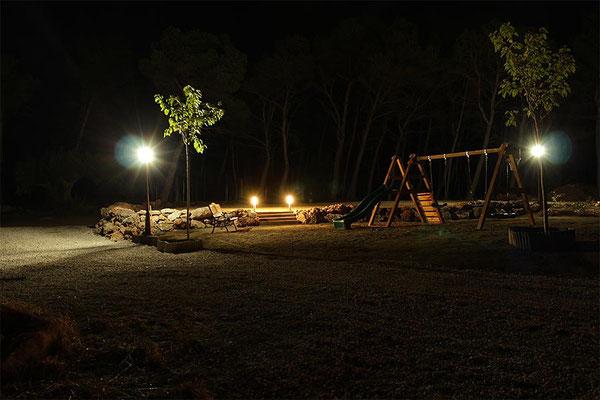 Iluminación del parque infantil durante la noche...