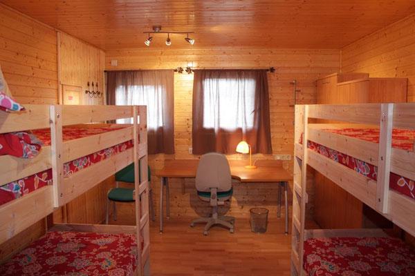 Dormitorio ideal para niños, dos literas y gran mesa.