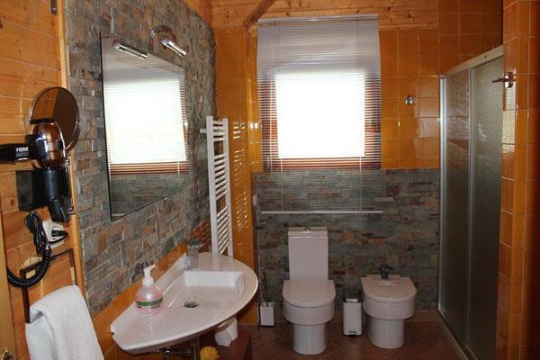 Cuarto de baño completo. Radiador toallero.