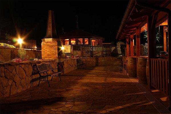 Fantástica vista nocturna del porche y las barbacoas de nuestra Casa Rural de la provincia. de Tarragona