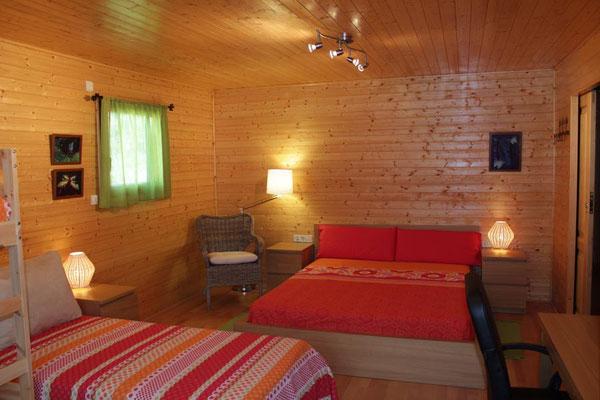 Silla de mimbre para descansar o lectura. Gran cama de matrimonio de 1,60m x 2,00m con colchón de latex.