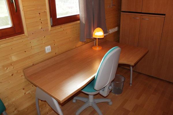 Amplia mesa con silla giratoria.