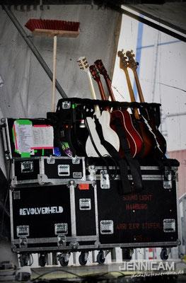 Dezenter Hinweis, dass die Bühne besenrein zu übergeben ist?! ;) - Revolverheld, Friedrichshafen, 7.7.2013