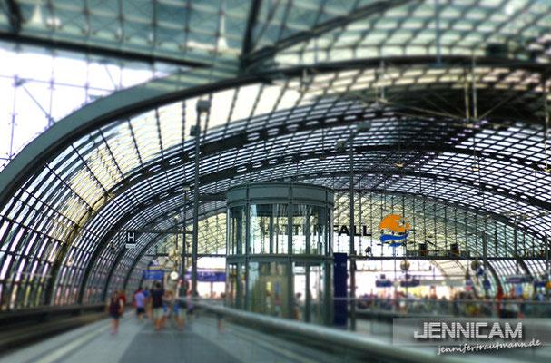 Bei der Abfahrt am Hauptbahnhof ist noch nicht viel los ...