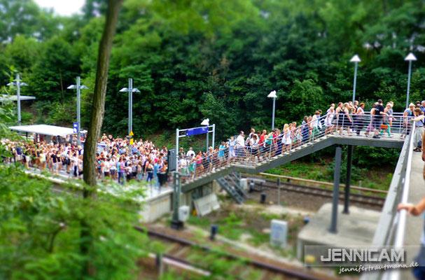 ... und hinter mir. :) Lauter Menschen, die zusammen in EINER ca. 45 Grad heißen S-Bahn eingepfercht waren ...