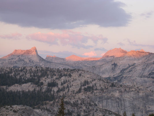 Von Orange über Rot bis Rosa leuchteten die Berge