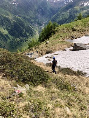 Der Abstieg ist Steil und wurde verlegt, manche Bücher beschreiben noch den alten weit kürzeren Weg.