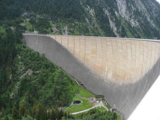 Die Staumauer . . .