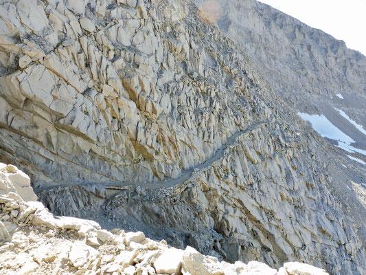 Der Blick zurück auf die in Stein geschlagenen Serpentinen