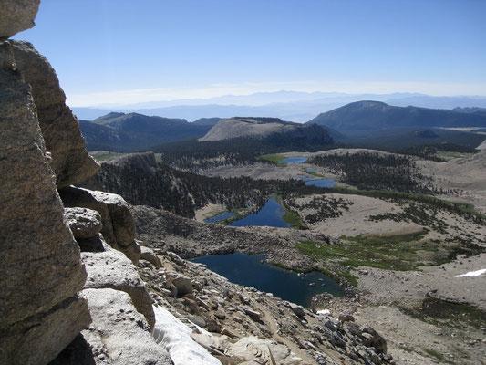 Der Blick vom Pass auf die Cottonwood Lakes