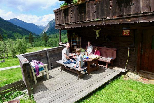 Die kleine Terrasse war der perfekte Platz für eine zünftige Jause.
