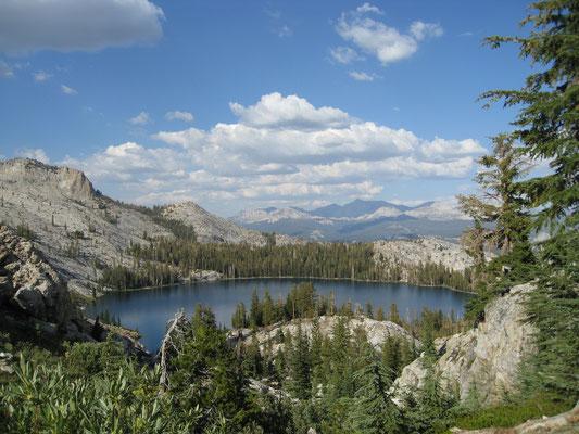 Der Blick auf May Lake auf dem Weg zurück
