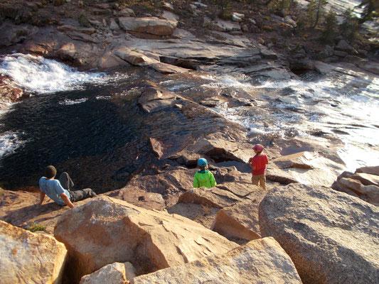 Wasser hat eine magisch Anziehungskraft, nicht nur für Kinder.