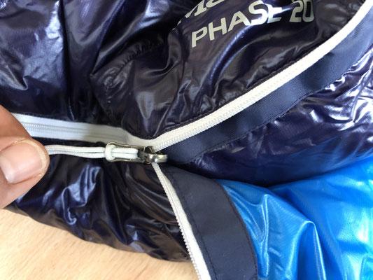 Ein dünner Reißverschluss mit schmalem Gewebeschutz