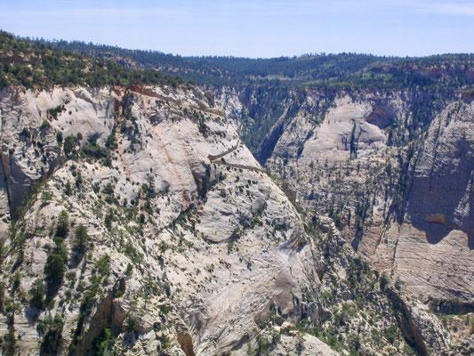 Der Blick vom Gipfel zurück auf die Serpentinen