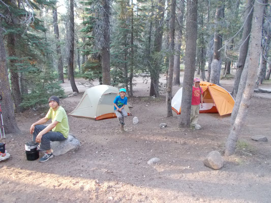 Unser Camp steht. Es gibt ein Jungs- und ein Mädchenzelt.