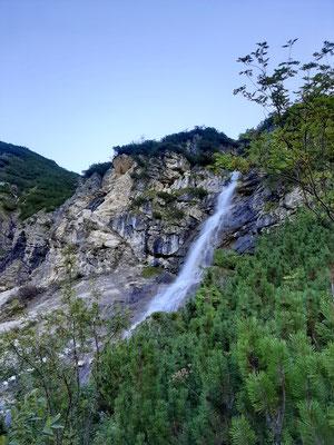 Vorbei an einem Wasserfall ging es zügig bergauf