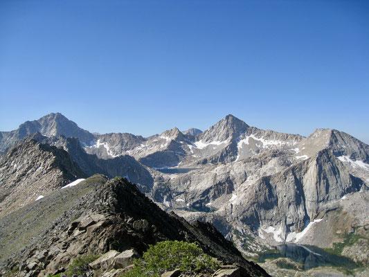 Der Blick vom Pass auf Sawtooth Peak und den Seen darunter
