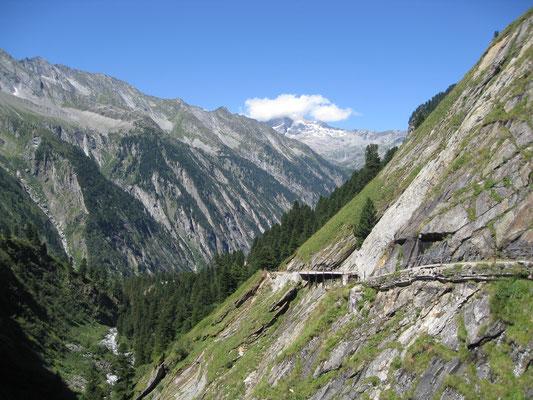 Der Blick zurück zeigt wie sich der Weg den Berghang hochwindet.