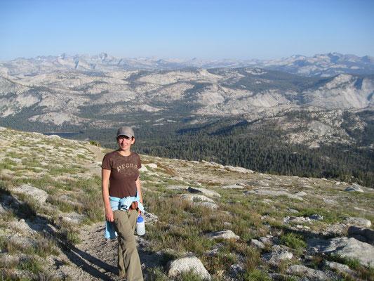 Meine Frau und Ihr Cousin bestiegen Mount Hoffman, den Hausberg an May Lake