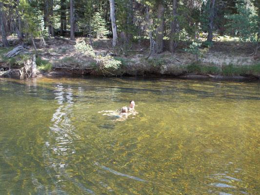 Keine Bademöglichkeit wird ausgelassen. Kinder müssen Spaß haben um immer wieder wandern zu gehen.