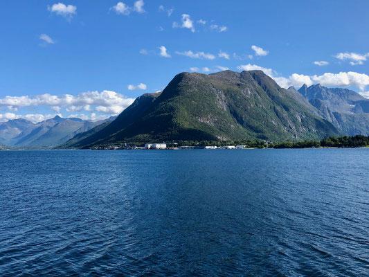 Der Blick auf Åndalsnes von der gegenüberliegenden Seite des Fjordes mit Blick auf dem Abstieg vom Romsdalseggen.
