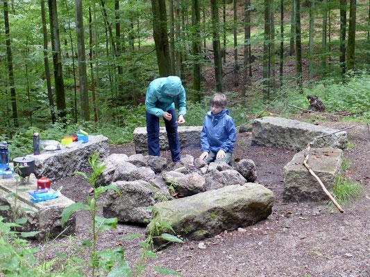 Es gibt eine Feuerstelle für das Camp Grimbach