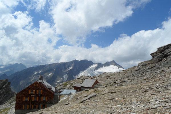 Von Gletschern umgeben, das Defregger Haus.