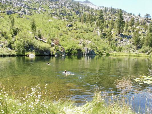 Der kleine warme See hinter der heißen Quelle