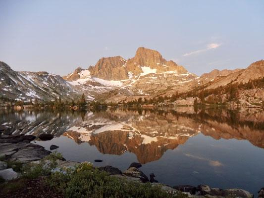 Sonnenuntergang mit Banner Peak gespiegelt im Garnet Lake