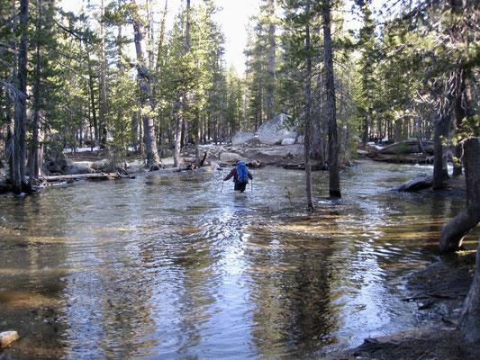 Und gleich auf den ersten Kilometern mußten wir durch Wasser