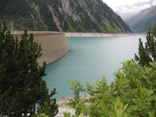 . . . mit dem See und der unglaublichen Bergwelt rundherum.