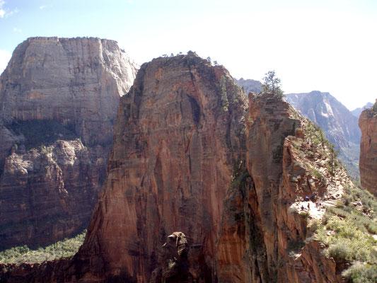 Blick auf Angels Landing auf dem Abstieg in den Canyon