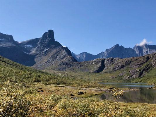 Links bei den Schneefeldern geht es hoch zum Hornvatnet, einem unmarkierten Weg der es in sich hat.