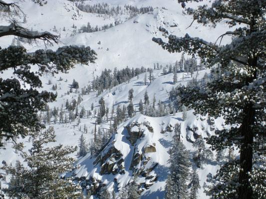 Bei genauerem Hinsehen kann man unsere Spur unten im Tal erkennen