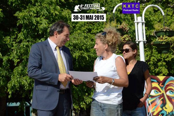 Remise des prix | Mr Gilles Fabre, directeur général banque CMT | Edith Donc, lauréate 1er prix catégorie Dessin Libre