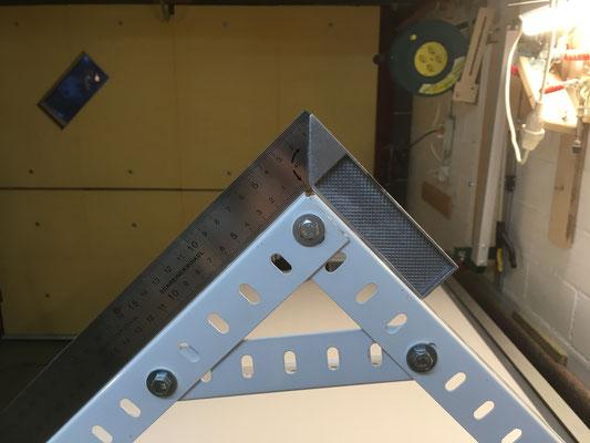 Ein gleichschenkliges rechteckiges Dreieck mit knapp 70cm Kathetenlänge und der 994 mm Breite der Panele