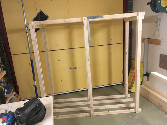 Holzstapel-Kiste massgerecht für Panel-Dach im Aufbau