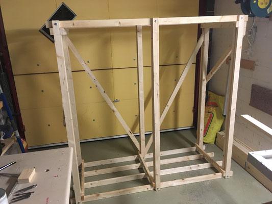 Erste Holzkiste fertig bis auf Imprägnierung, die zweite Holzkiste hat es ebenfalls zur Montagebereitschaft gebracht.