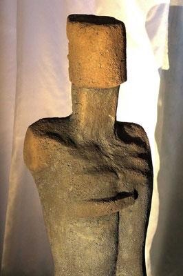 männlicher Torso II, 2019, grob schamottierter Ton - Rakubrand, hoch 140 cm