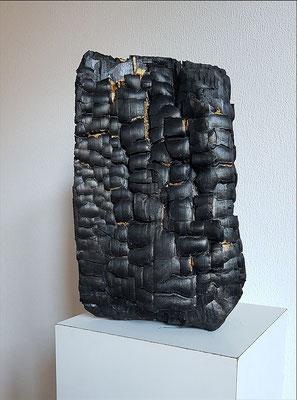 Metamorphose, 2018, Objekt Holz verbrannt, Blattgold, 35 x 25 cm
