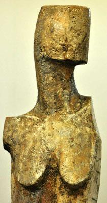weiblicher Torso I, 2018, grob schamottierter Ton - Rakubrand, hoch 107 cm