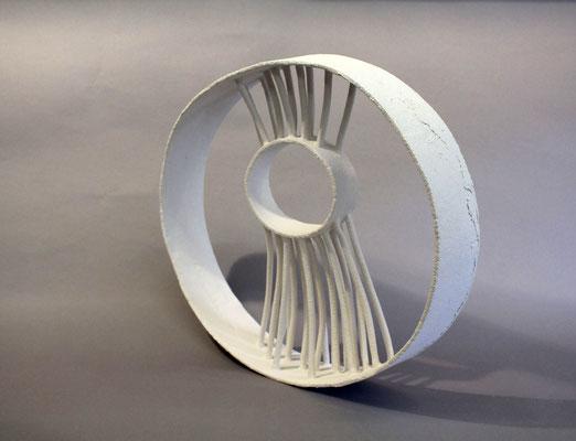 Ohne Titel, 2017, Paperclay, H 35 cm, B 40 cm, T 8 cm